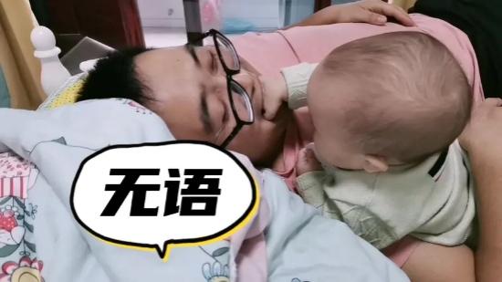 好一个父女情深!一个不嫌脏,一个不嫌臭,宝宝发现了新大陆