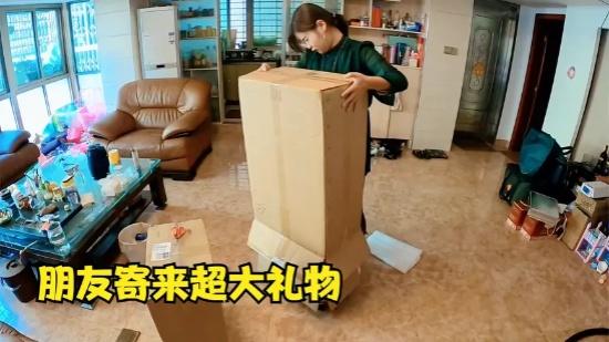 青妹妹因工作经常外出,贴心朋友寄来行李箱,再也不怕出远门了