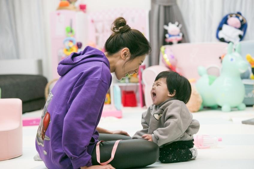 三岁咘咘抢做家务 照顾波妞姐姐范十足