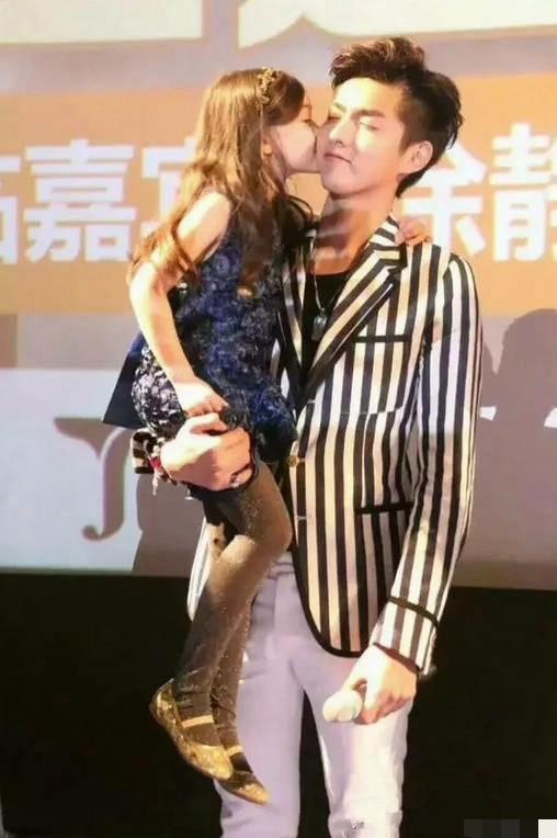 赵丽颖看娃眼神太温柔!吴亦凡爸爸抱满分而张艺兴却擅长妈妈抱?