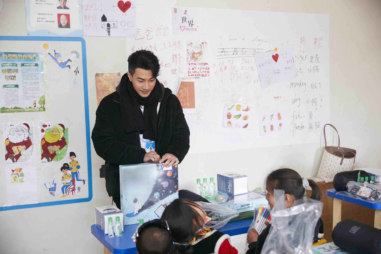 刘恺威探访大凉山儿童服务站 以公益之力传递温暖