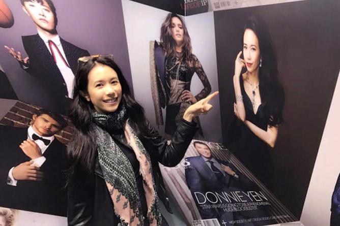 香港艺术展到处是明星 赵薇奶茶妹妹李嘉欣合影不停
