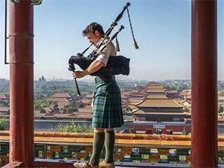 小伙怀抱风笛周游64个国家,费用全部来自演讲和赞助